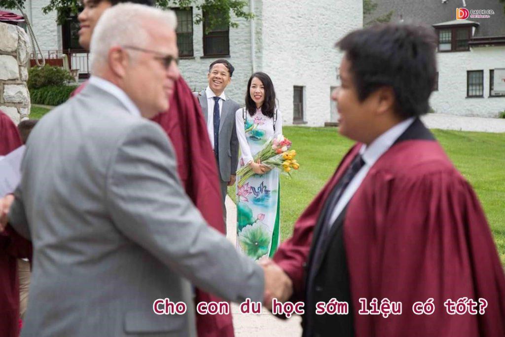 """Cậu bé thần đồng Đỗ Nhật Nam của chúng ta vừa tốt nghiệp cấp 3 tại Mỹ. Chắc hẳn ai đã một lần đọc """"Hẹn hò với nước Mỹ"""" của Nhật Nam ắt hẳn sẽ không khỏi xúc động bởi thấm thoắt cậu bé 13 tuổi ngày nào giờ đã là một thanh niên sắp bước vào ngưỡng cửa Đại học."""